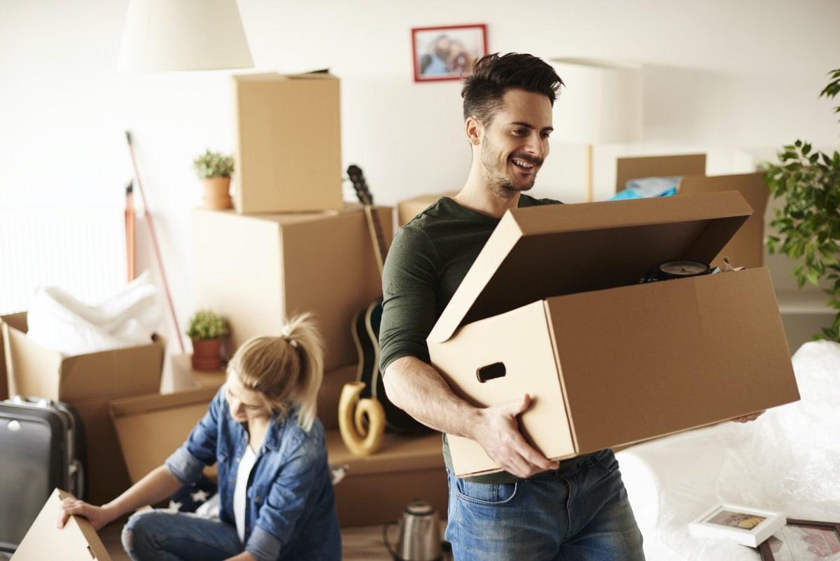 Paar zieht glücklich in neue Wohnung ein